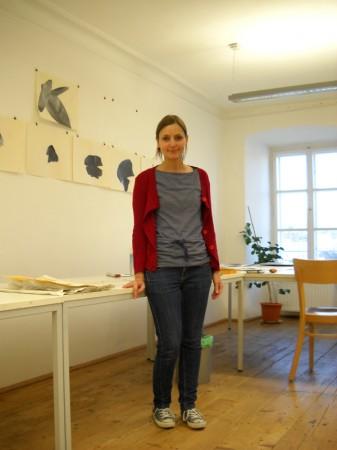 Die Künstlerin in ihrem Atelier