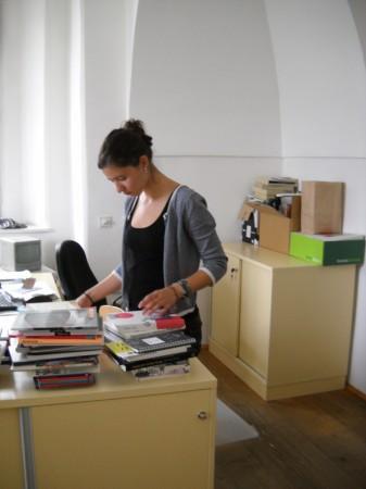 Helene beim Büchersortieren...